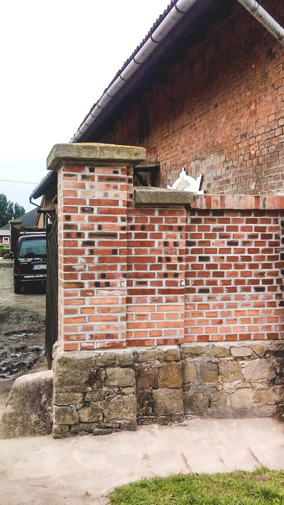 okrasná zeď